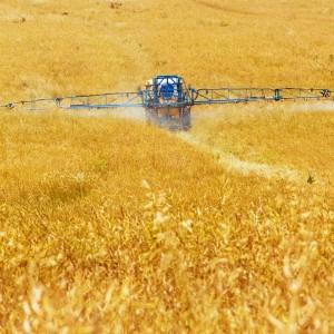 Traktor sprøyter plantevernmidler